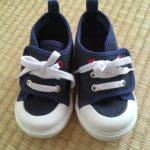 3歳児が簡単に自分で脱ぎ履きできる靴を見つけた。
